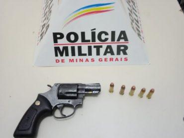 Mulher ameaça ex-companheiro com foto de arma pelo celular, revólver e munições são apreendidos na casa do primo dela.